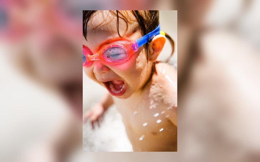 Vaikas maudosi