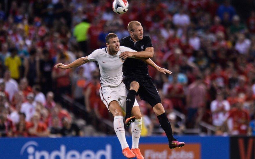 """Edinas Džeko (""""Roma"""", kairėje) kovoja su Ragnaru Klavanu (""""Liverpool"""")"""