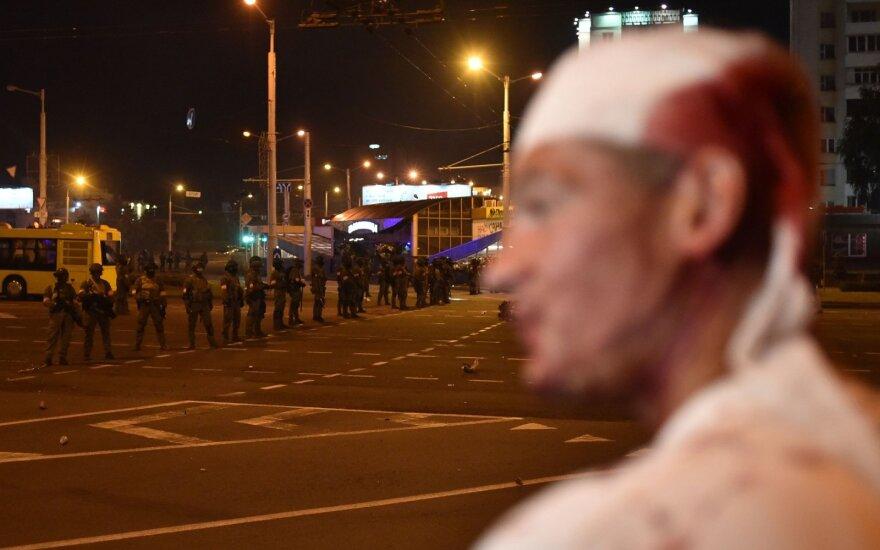 Tūkstančiai piliečių Baltarusijoje išėjo į Minsko ir kitų miestų gatves: antrą naktį vyko susirėmimai, kilo barikados