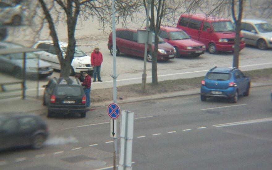 Vilniaus Žalgirio g. automobilis atsitrenkė į medį