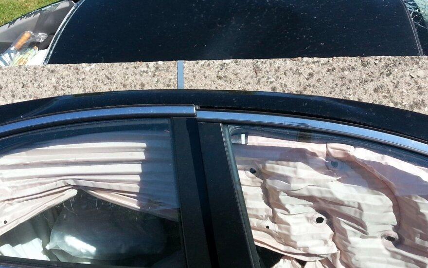 Jaunas vairuotojas Panevėžyje rėžėsi į gatvės apšvietimo stulpą