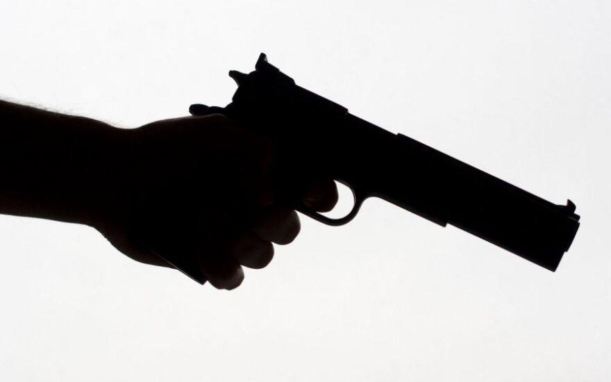 Aršus ir girtas 80-metis bandė šauti į pareigūnę
