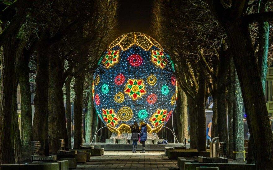 Užklydusius į Kauno centrą stebina milžiniški velykiniai margučiai