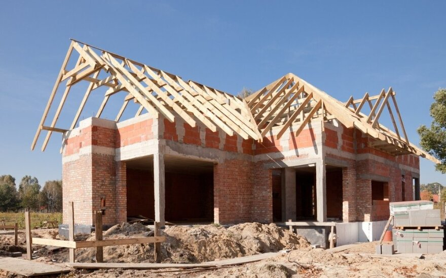 Nelegaliomis statybomis užsiėmęs vyras turės nugriauti 58 pastatus
