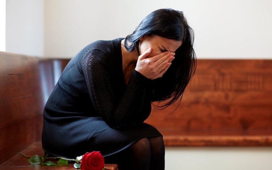 Moteris laidotuvėse
