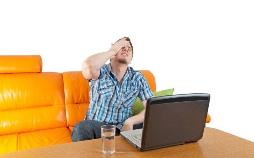 Sergantis vyras prie kompiuterio
