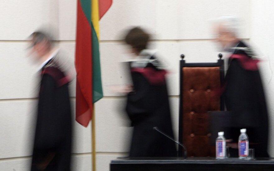 Teisės ir politikos kova: Konstitucinis Teismas prieš besivaidijančius politikus