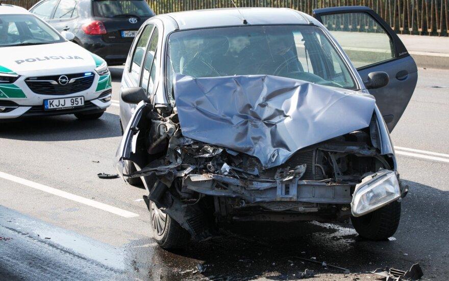 Vilniuje ant tilto susidūrė automobiliai, sužaloti žmonės
