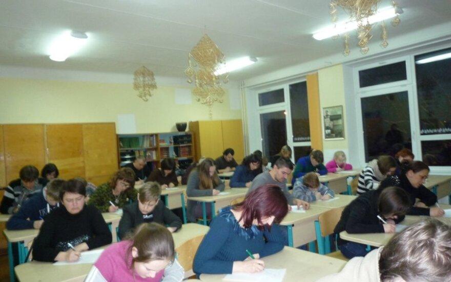 Tarptautinę gimtosios kalbos dieną tėvai su vaikais rašė diktantą