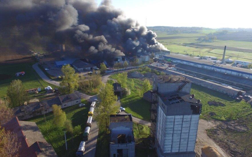 """Raseinių rajone kilo milžiniškas gaisras – įmonėje """"Norvelita"""" siautėja atviros liepsnos"""