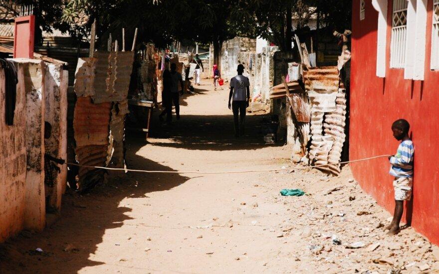 Skurdžioje Afrikos šalyje keliaujantys lietuviai susipažino su narkobaronu: jis mėtėsi pinigais