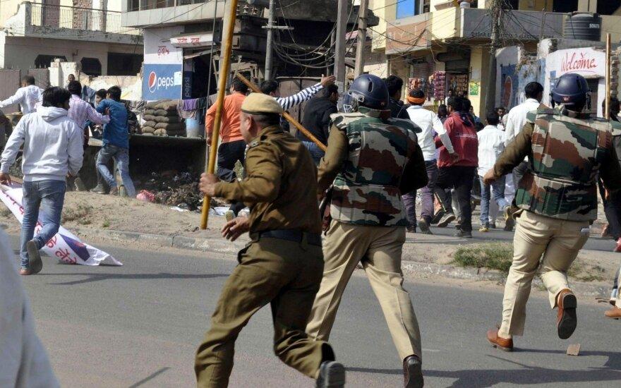 Indijoje sukilėliai nužudė televizijos operatorių ir du policininkus