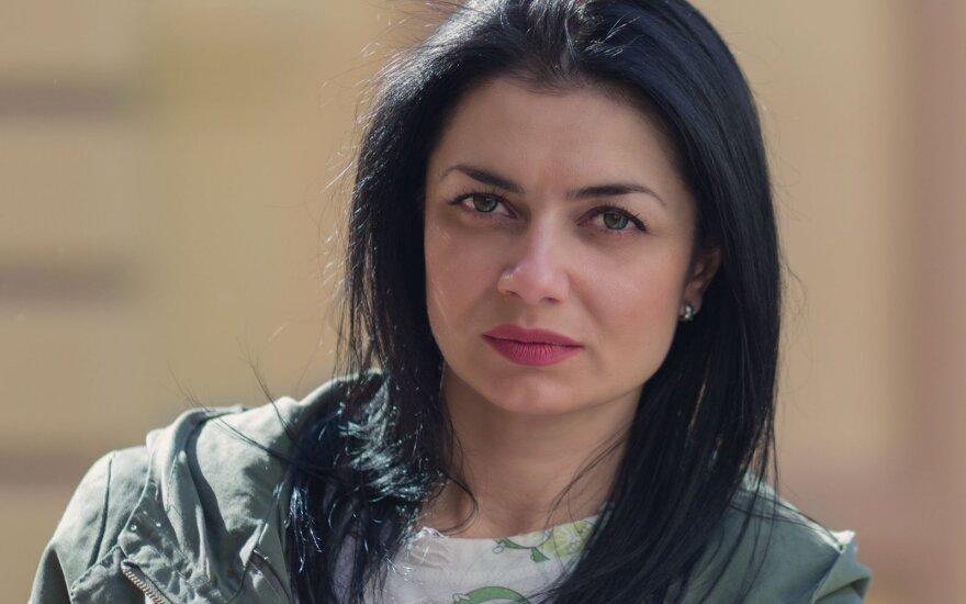 Moteris juodais plaukais
