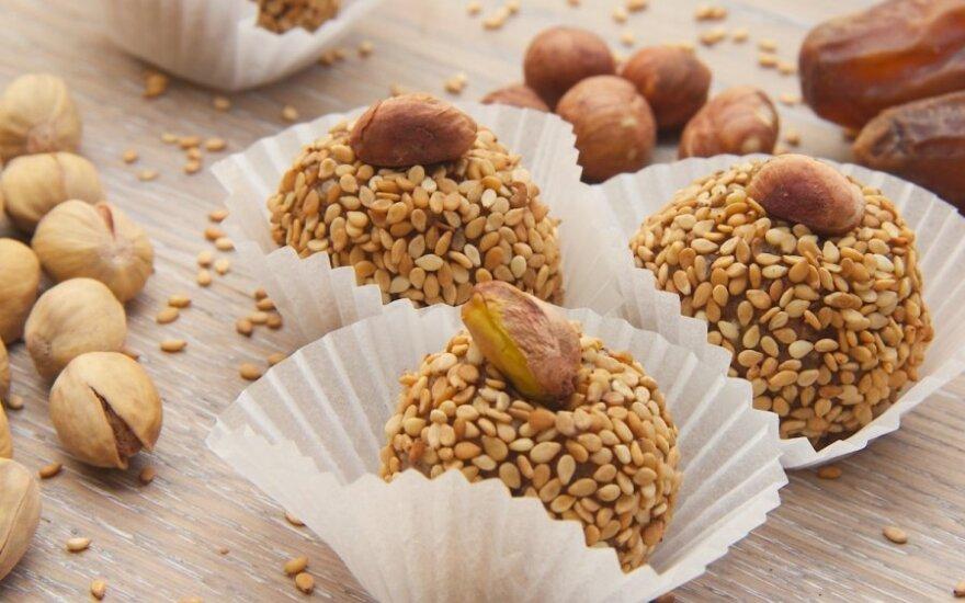 DOVANOMS: džiovintų slyvų ir riešutų saldainiai