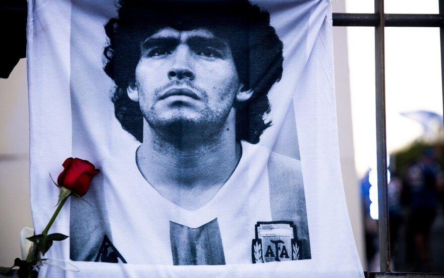 Pasaulis gedi: mirė Diego Maradona