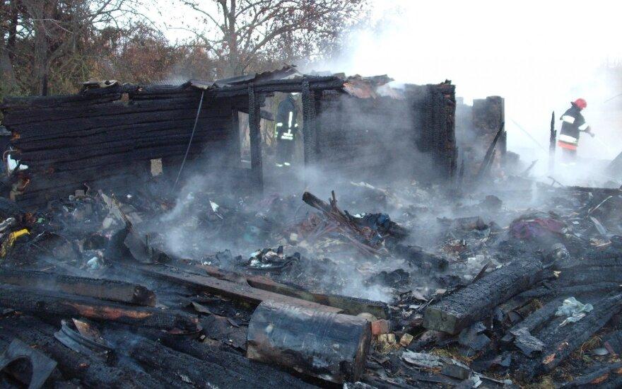 Pražūtingas gaisras Akmenės rajone – iš namo likusioje nuodėgulių krūvoje rasti du kūnai