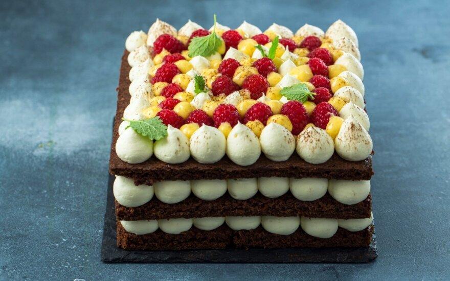 Trijų aukštų šokoladinis pyragas