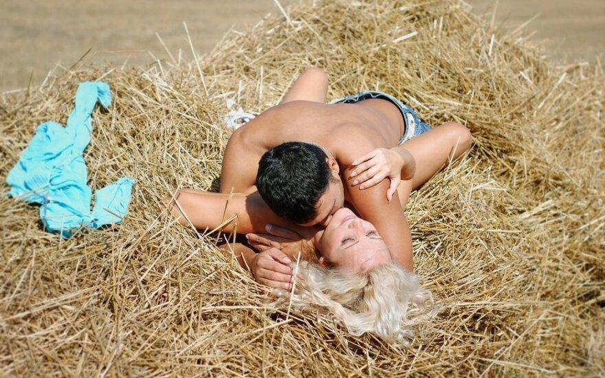 Vyrai pasidalijo patarimais, kaip elgtis pirmo sekso metu