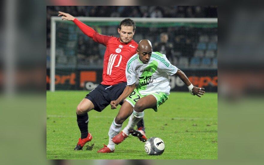 """Yohanas Cabaye (""""Lille"""", kairėje ) kovoja su Fernandesu Gelsonu (""""Saint-Etienne"""")"""