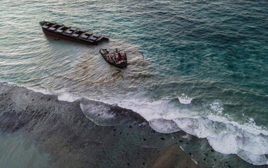 Ant seklumos užplaukęs laivas perlūžo į dvi dalis.
