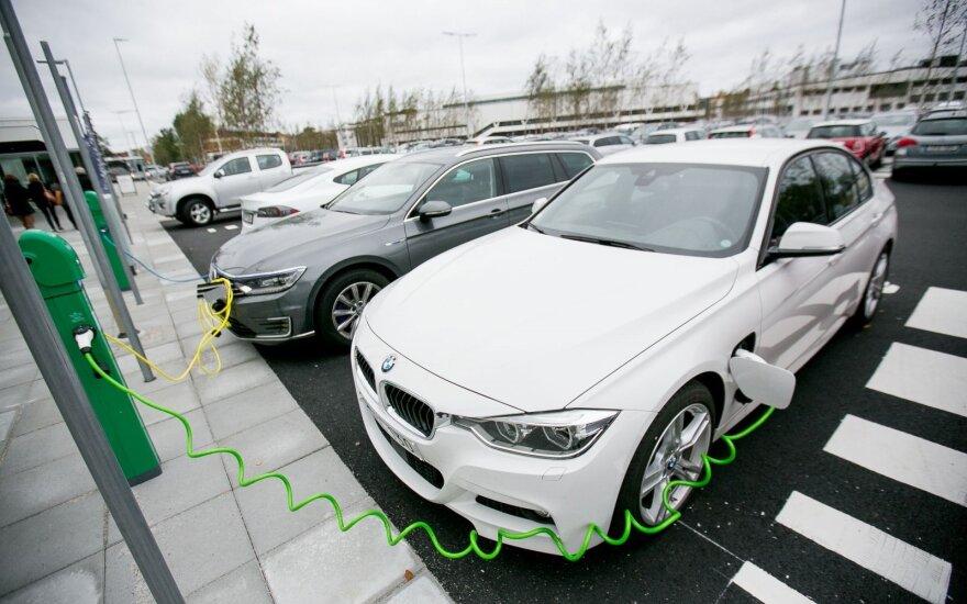 """Pasipiktino EV numeriu ne ant elektromobilio: gal """"Regitra"""" visiems tokius parduoda?"""
