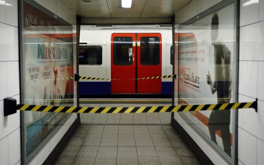 Nufilmuota: Londono metro du lenkai vos nepapuolė po traukinio ratais