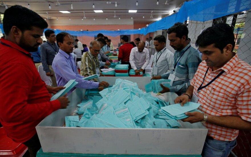 Indijoje pradėti skaičiuoti parlamento rinkimuose atiduoti balsai