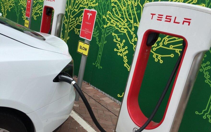 """""""Tesla"""" plečia įkrovos stotelių tinklą"""