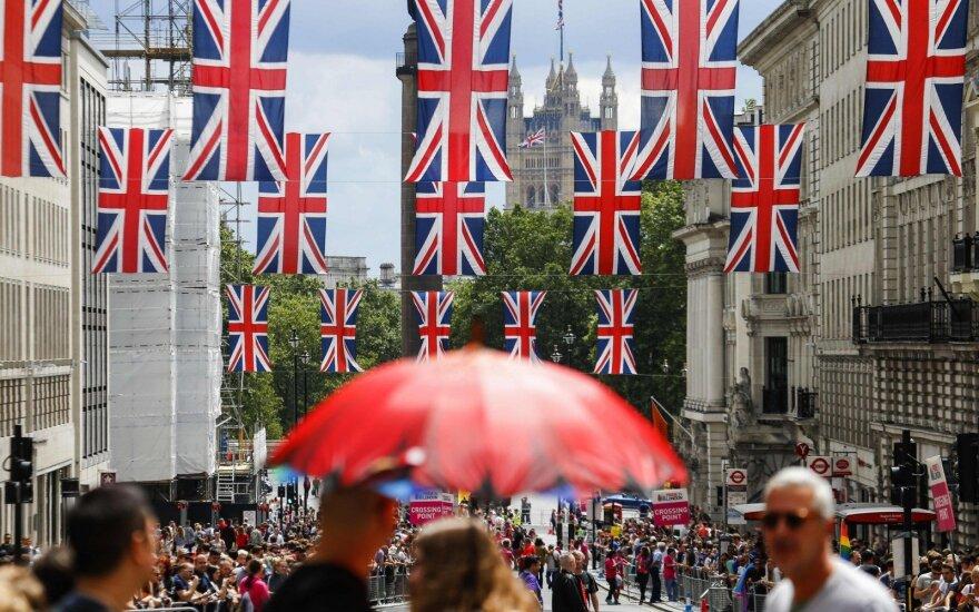 """Britai jau džiūgauja dėl naudos, kurią davė """"Brexit"""" referendumas"""