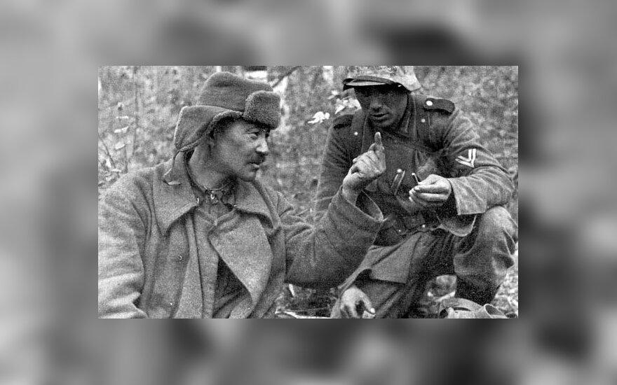 """Į vokiečių nelaisvę pasidavęs raudonarmietis kazachas rodo, koks maisto davinys buvo sovietų kariuomenėje. 1942 m., leidyklos """"Briedis"""" nuotr."""