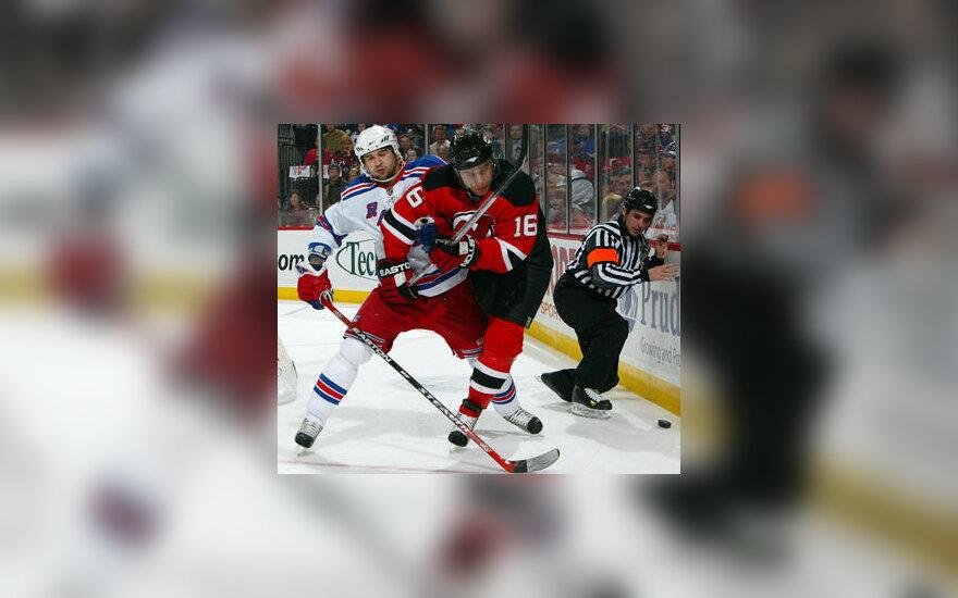 """Dainius Zubrus (""""New Jersey Devils"""") kovoja su Fiodoru Tiutinu (""""New York Rangers"""")"""