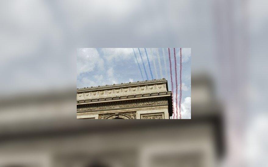 """Lėktuvų """"nupiešta"""" Prancūzijos vėliava virš Triumfo arkos"""