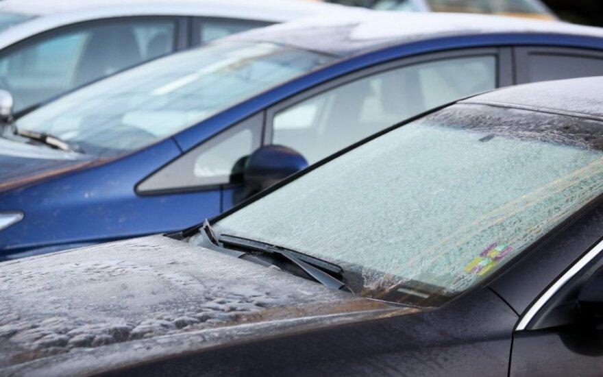 Neįtikėtinai paprastas būdas atitirpinti apledėjusį automobilio langą užkariavo internetą