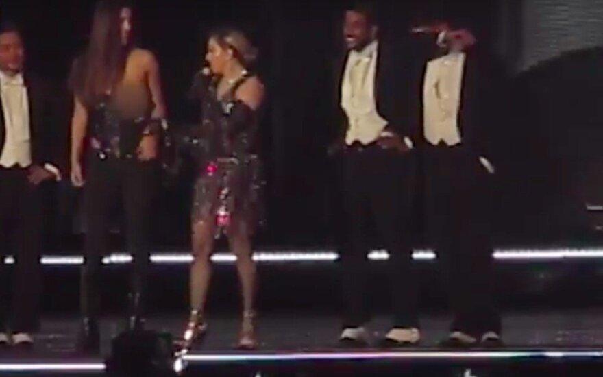 Madonna apnuogino gerbėjos krūtį