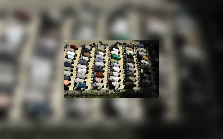 Musulmonai meldžias prie mečetės