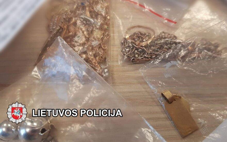 Juvelyrinius dirbinius ir apie 10 tūkst. eurų pavogęs vyras suimtas: pinigus leido mašinoms, pramogoms ir lošimų namuose