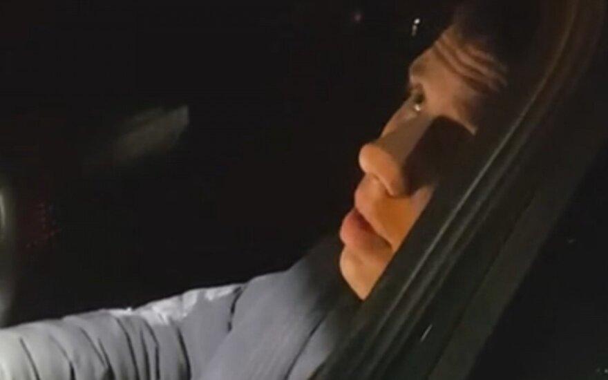 Nufilmuota, kaip visiškai girtas vairuotojas bando policininkui įsiūlyti kyšį