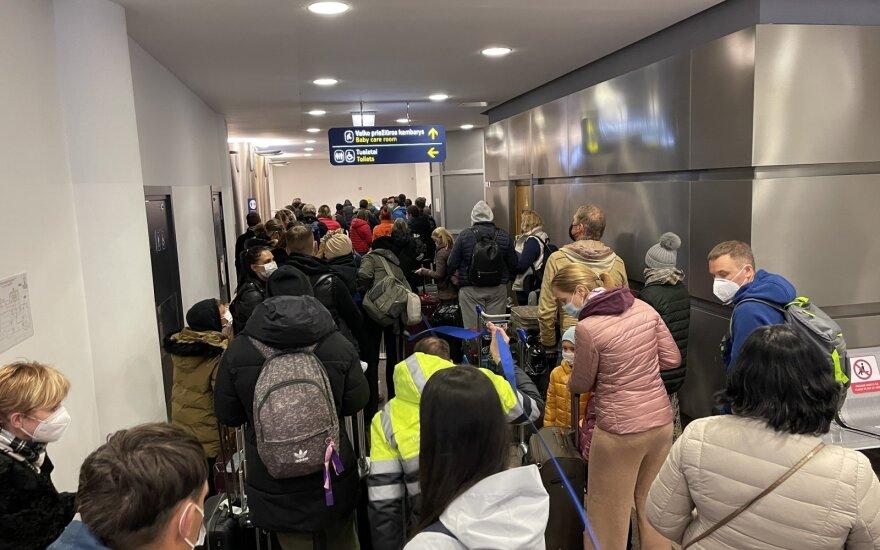 Netvarka su keliautojų saviizoliacija: vieniems leidžiama dirbti, kitus baudžia už ėjimą į parduotuvę