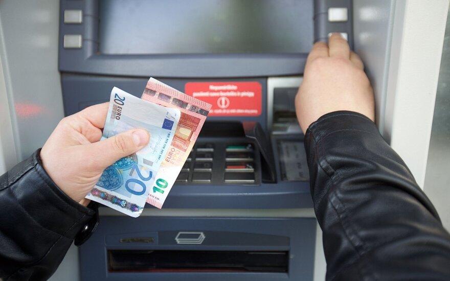 Įvertino bankų ir prekybos tinklų mokestį: už viską susimokės Lietuvos gyventojai