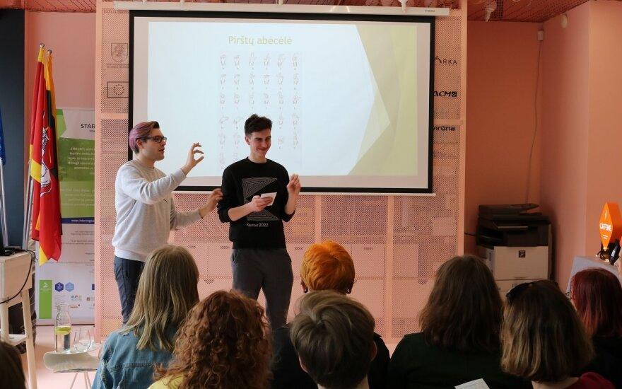 Jaunas vaikinas verčia muzikinius klipus į gestų kalbą: tai – tarsi 3D muzikos suvokimas