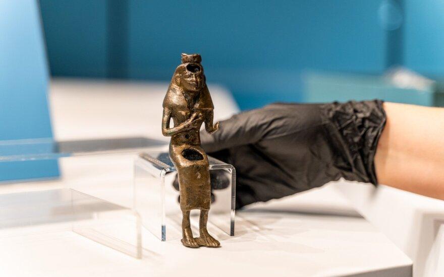 """Parodos """"Ką slepia sarkofagas"""" eksponatai keliauja į vitriną"""