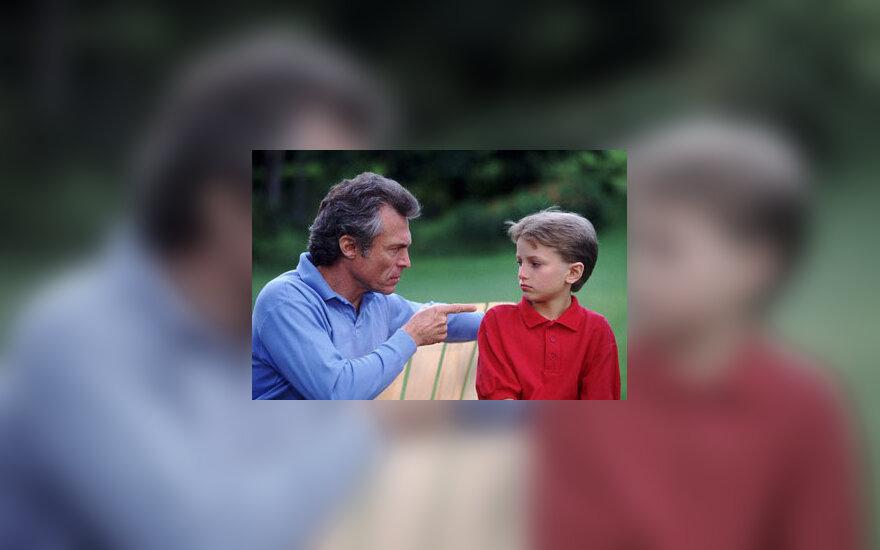Piktas tėvas su vaiku