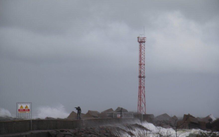 Siautęs stiprus vėjas pridarė žalos: Vakarų Lietuvoje – dešimtys iškvietimų
