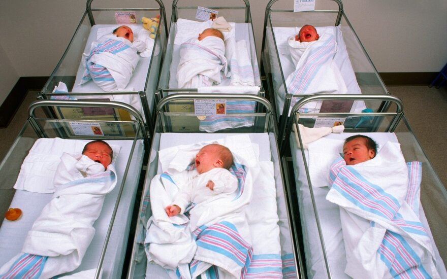 """""""Kūdikių fabriku"""" išgarsėjęs japonas laimėjo 13 surogatinių motinų pagimdytų vaikų globą"""