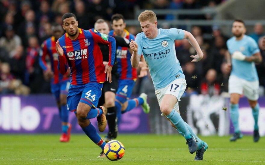 """Prie kamuolio skuba Jairo Riedewald (""""Crystal Palace"""") ir Kevin De Bruyne (""""Manchester City"""")"""