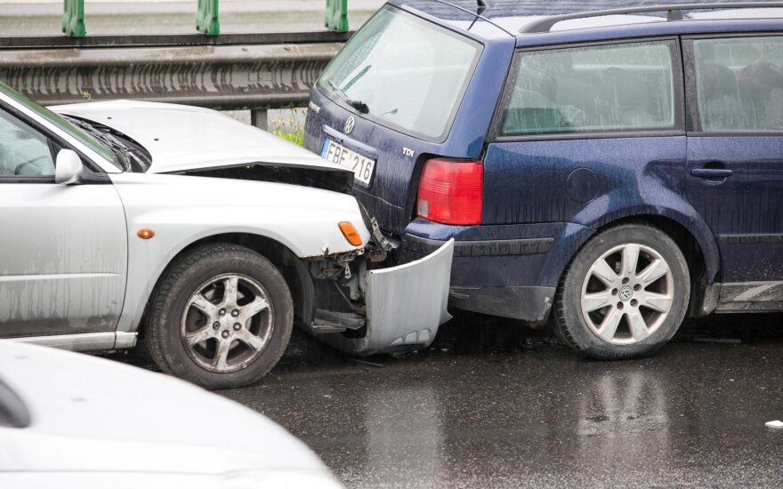 Dega žalią šviesą – vairuotojų draudimas dar brangs