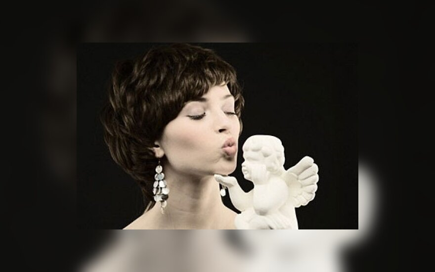 Moteris su angelu