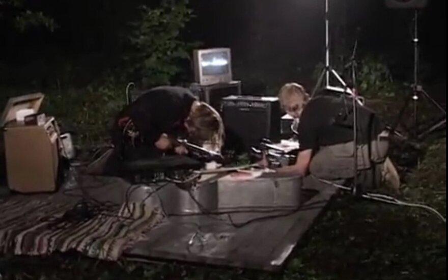 """Juozo Milašiaus ir Dariaus Čiutos nuotolinis performansas """"Miško testas"""" Nemenčinės miške ir Šiuolaikinio meno centre. 2004. Kadras iš videodokumentacijos"""