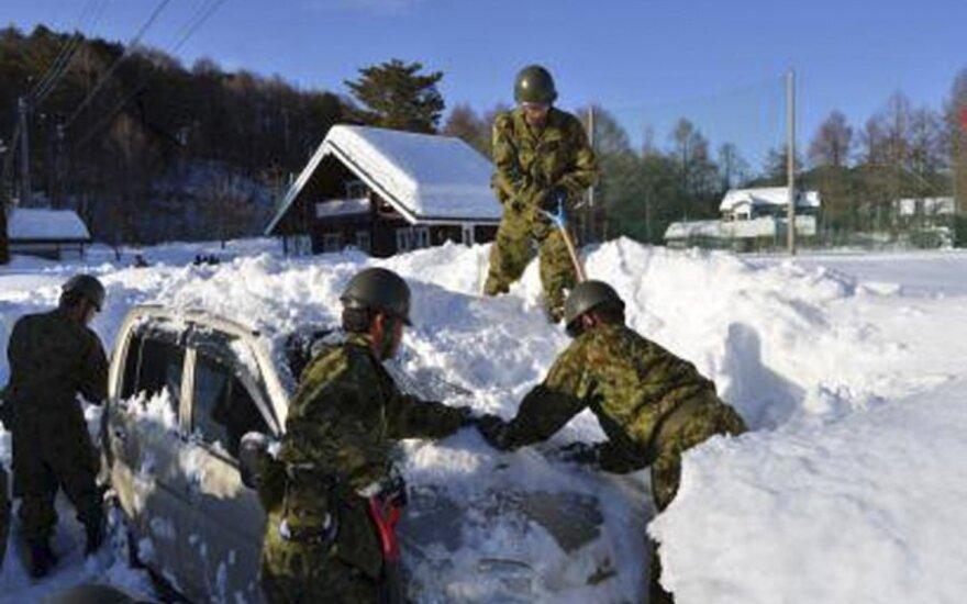 Japonijoje nuo sniego nukentėjusiems rajonams sraigtasparniu gabenamas maistas