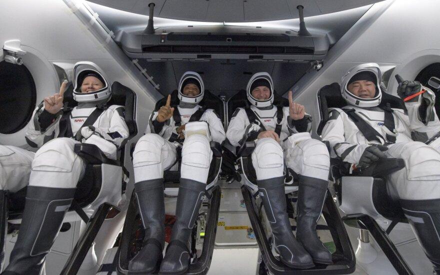 SpaceX Crew Dragon kapsulė su keturiais astronautais grįžo į Žemę